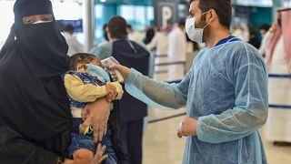 قياس درجة حرارة مسافرين في مطار الملك فهد بالرياض