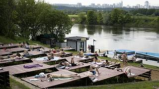 مردم مسکو خسته از دوران قرنطیه با رفع محدودیتهای عمومی خوشحالی خود را با حمام آفتاب جشن گرفتند