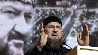 Ramsan Kadyrow vor Bild seines Vaters.