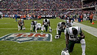 I giocatori dei New York Jets si inginocchiano, prima di una partita di NFL contro i Chicago Bears, 28 ottobre 2018