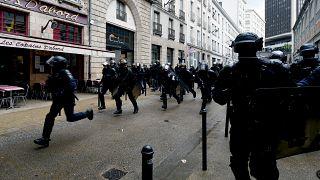 عناصر من الشرطة الفرنسية يركضون في أحد شوارع باريس