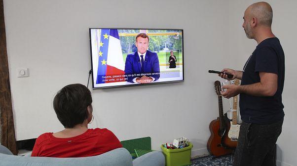 Un couple de Français suivant l'allocution du président de la République Emmanuel Macron, le 14/06/2020