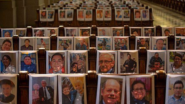 Retratos de fallecidos por la covid-19 en la catedral de Lima