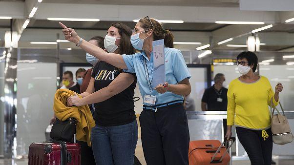 Turistas alemanes llegan al aeropuerto de Palma de Mallorca