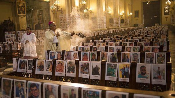 Mise a limai katedrálisban a járvány áldozatainak portréival, Peru, 2020. június 14.