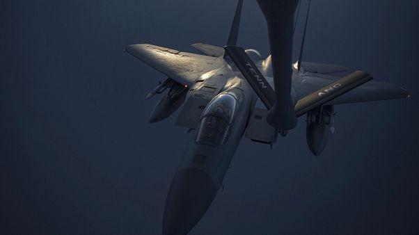 F-15C Eagle savaş uçağı havada yakıt ikmali yaparken