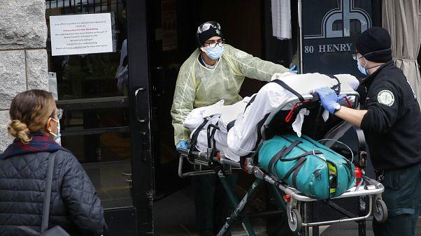 مريض بكوفيد-19 في مركز كوبل هيل الصحي-بروكلين في نيويورك -أبريل 2020