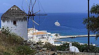 Κατακόρυφη πτώση στις αποδοχές όσων απασχολούνται στον τουρισμό