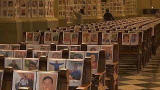 I volti delle vittime della pandemia di Covid-19 sui banchi e i muri della cattedrale di Lima