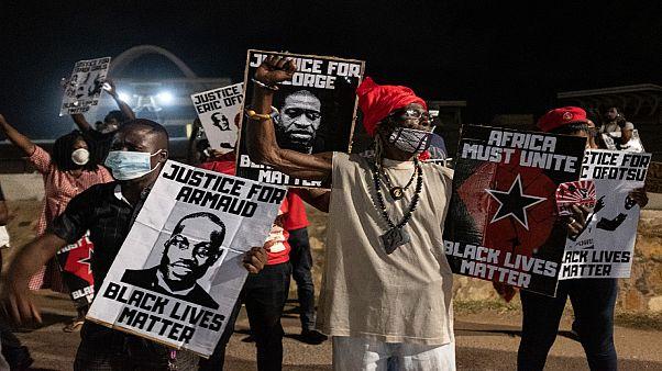 متظاهرون مناهضون للعنصرية في أكرا بغانا في أعقاب وفاة المواطن الأمريكي من أثل إفريقي جورج فلويد/ 6 يونيو 2020