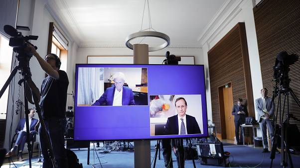 """المساهم الرئيسي في """"كيورفاك"""" ديتمار هوب على اليسار والرئيس التنفيذي فرانس فيرنر هاس خلال مؤتمر صحفي في وزراة الاقتصاد الألمانية - 2020/06/15"""