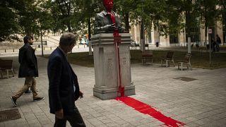La statua dell'ex re Baldovino ricoperta di vernice rossa a Bruxelles