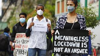 """Nepal'de düzenlenen """"güvenliksiz karantinaya hayır"""" temalı gösteriden bir kare."""
