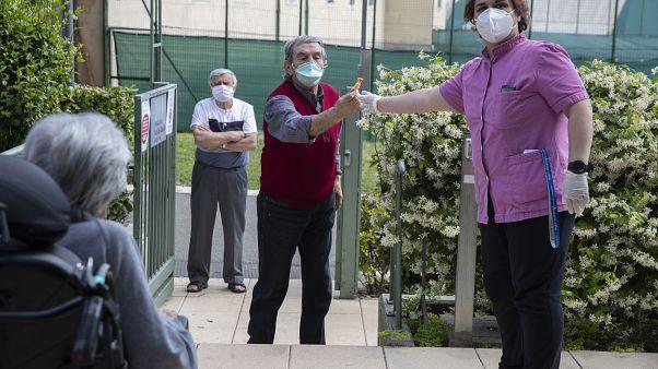 Ezreket tesztelnek Pekingben a járvány újabb hullámától tartva