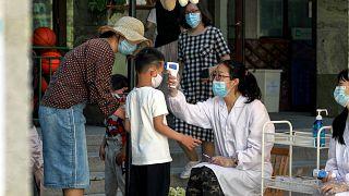 Toman la temperatura a un niño a la entrada de una guardería en China