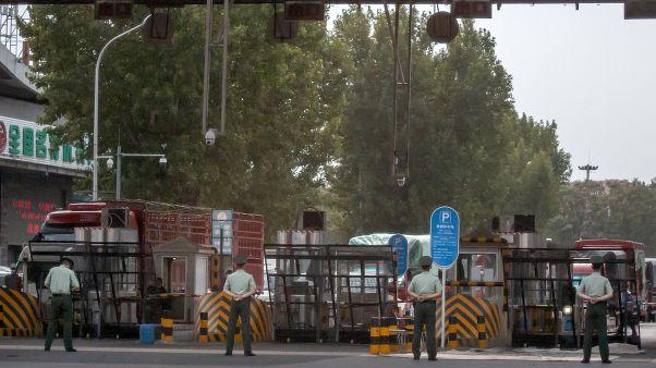 Çin'in başkenti Pekin'deki Xinfadi toptan gıda pazarı, görülen koronavirüs vakalarının ardından karantinaya alındı