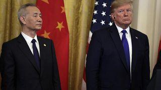 الرئيس الأمريكي دونالد ترامب مع نائب رئيس مجلس الدولة الصيني ليو هي، قبل توقيع الاتفاقية التجارية في البيت الأبيض