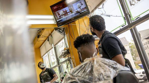 ABD'de Floyd protestolarını televizyondan takip eden bir berber