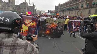 Manifestación de policías en el Zócalo de Ciudad de México