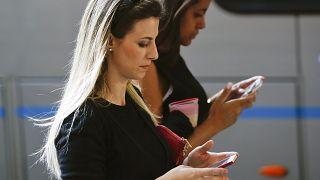 امرأتان بصدد فحص هاتفيهما في ساوباولو في البرازيل - 2020/05/02