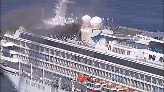 شاهد: حريق ودخان على متن سفينة سياحية يابانية خالية من السائحين