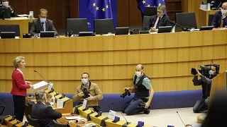 رئيسة المفوضية الأوروبية أرسولا فان دير لاين خلال إلقاءها كلمة تحت قبة البرلمان في بروكسل - 2020/05/27