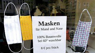 Almanya'da pumuklu koronavirüs maskesi satan bir dükkan vitrini.