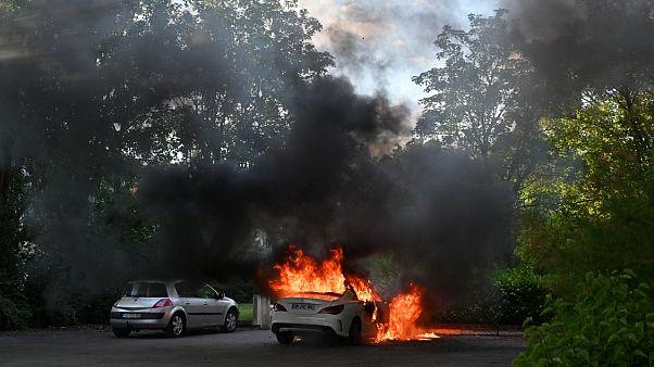 Des voitures brûlent dans le quartier des Grésilles à Dijon en France le 15 juin 2020