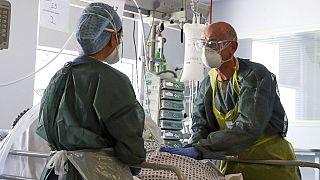 Médicos en la unidad de cuidados intensivos del hospital Frimley Park de Frimley, Reino Unido