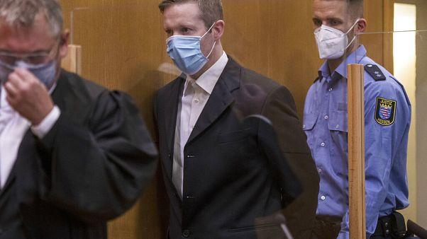 Neo-Nazi yanlısı katil zanlısı Stephan Ernst mahkemeye getirilirken (ortada)