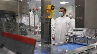 Макрон в центре разработки вакцин Sanofi
