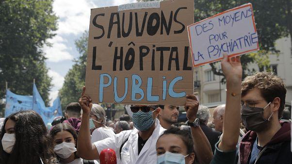 Γαλλία: Στους δρόμους γιατροί και νοσοκόμοι