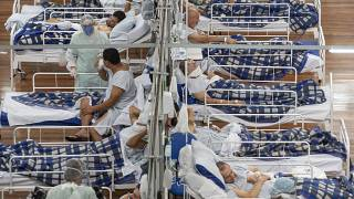 Pacientes de COVID-19 en un hospital de campaña construido dentro de un gimnasio en Santo Andre, en las afueras de Sao Paulo, Brasil, el martes 9 de junio de 2020.
