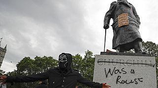 """""""Chruchill war ein Rassist"""" steht auf einer Statue des Ex-Präsidenten am Parliament Square in London."""