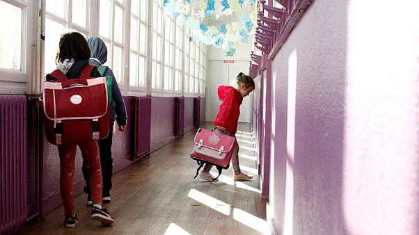 Des élèves attendent leur tour avant d'entrer en classe à Paris, le 14 mai 2020
