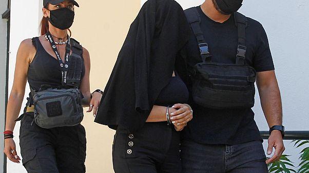 Η 35χρονη κατηγορούμενη για επίθεση με βιτριόλι βγαίνει από το γραφείο του ανακριτή