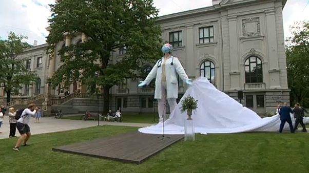 Riga: szobor a járvány igazi hőseinek