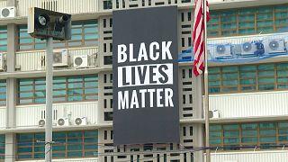 """شاهد: إزالة لافتة """"حياة السود مهمة"""" من واجهة السفارة الأمريكية في سيول"""