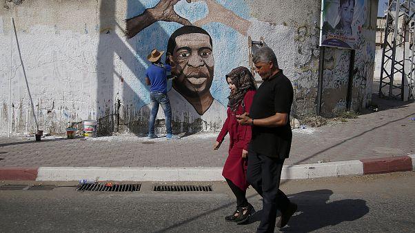 شاهد: فنان فلسطيني في غزة يرسم لوحة جدارية للأمريكي جورج فلويد