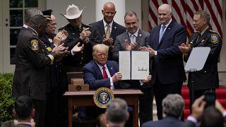 """ABD Başkanı Donald Trump, """"polis reformu"""" adı verilen bir başkanlık kararnamesi imzaladı"""