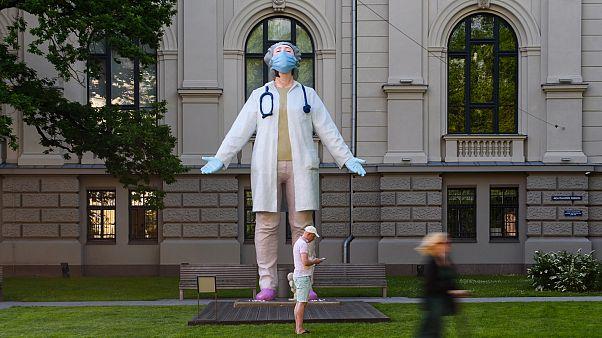 Letonya'nın başkenti Riga'ya 6 metrelik doktor heykeli dikildi