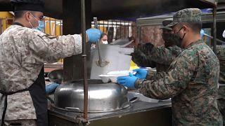 Militares reparten comida en el municipio de Maipú, en el área metropolitana de Santiago