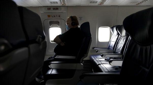 رجل يلبس قناعا على متن طائرة أقلعت من مطار كدينة كنساس الدولي - 2020/05/24