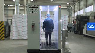 """La máquina presentada por el fabricante que """"desinfecta"""" a los visitantes de Putin."""