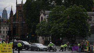 İngiltere Başbakanı Johnson'ın aracına koruma aracı çarptı