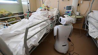روبوت في إيطاليا لمساعدة الطاقم الطبي في أحد المستشفيات