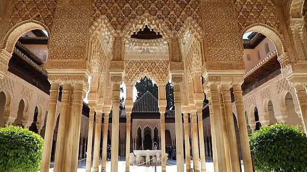 Imagen de las columnas del Patio de los Leones de la Alhambra
