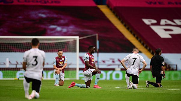 Les joueurs d'Aston Villa et de Sheffield ainsi que les arbitres rendent hommage au mouvement Black lives matter avant le début de la rencontre, le 17 juin 2020