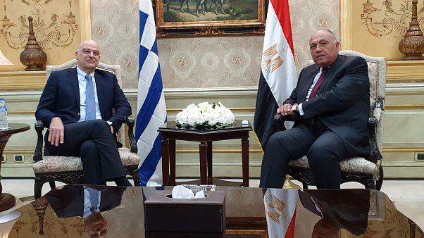 Ο υπουργός Εξωτερικών της Ελλάδας Νίκος Δένδιας και ο Αιγύπτιος ομόλογός του Σάμεχ Σούκρι