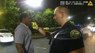El policía Garrett Rolfe controla la tasa de alcoholemia a Rayshard Brooks, a quien después abatiría a tiros